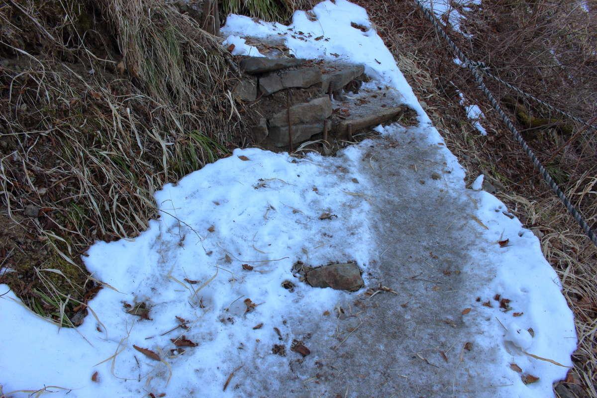 山頂直下の急坂は残雪が多い