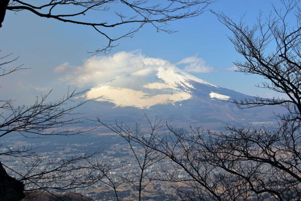 足柄峠への下山ルートはあちこちで富士山が見えます