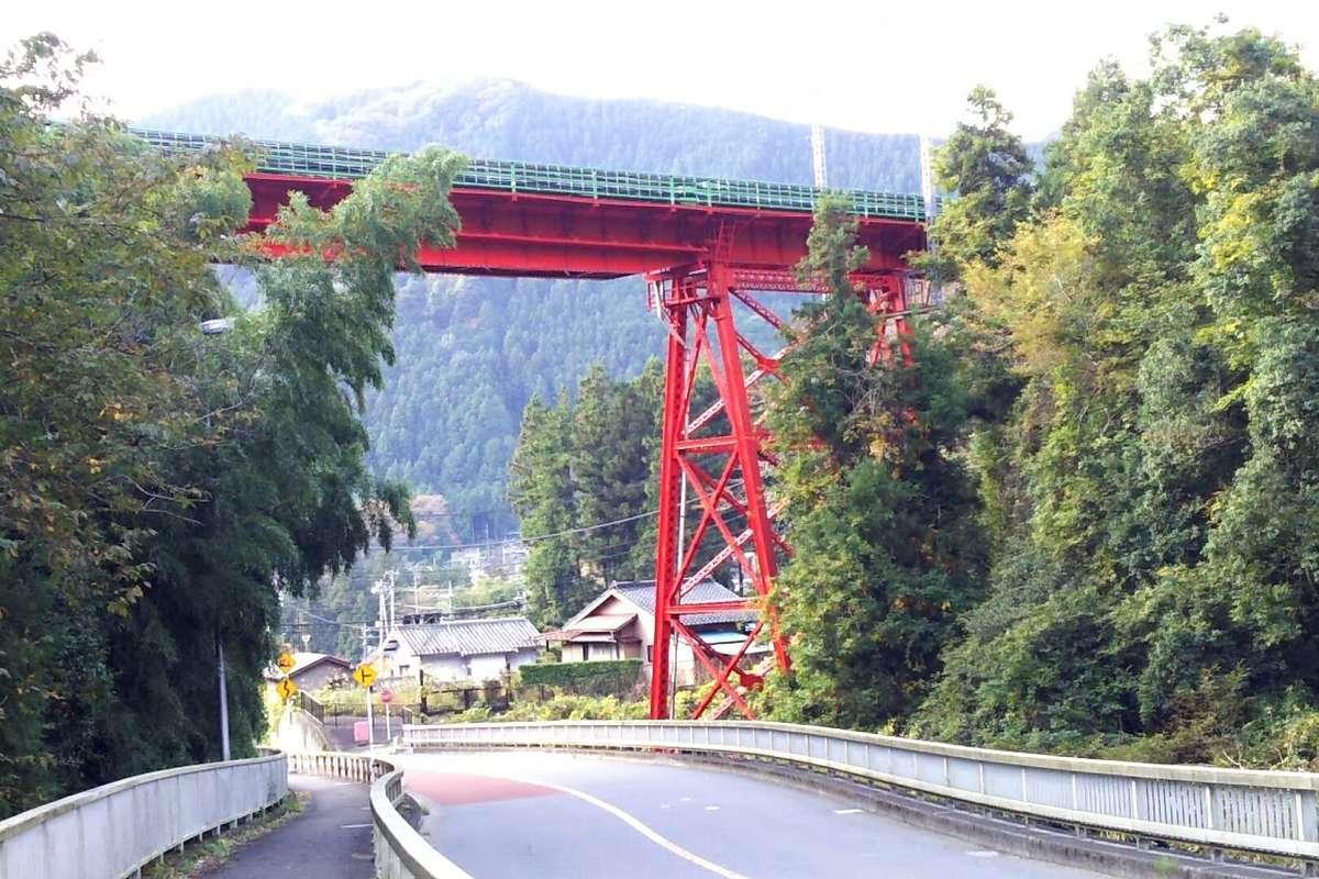 県道の上にかかる青梅線の赤い鉄橋