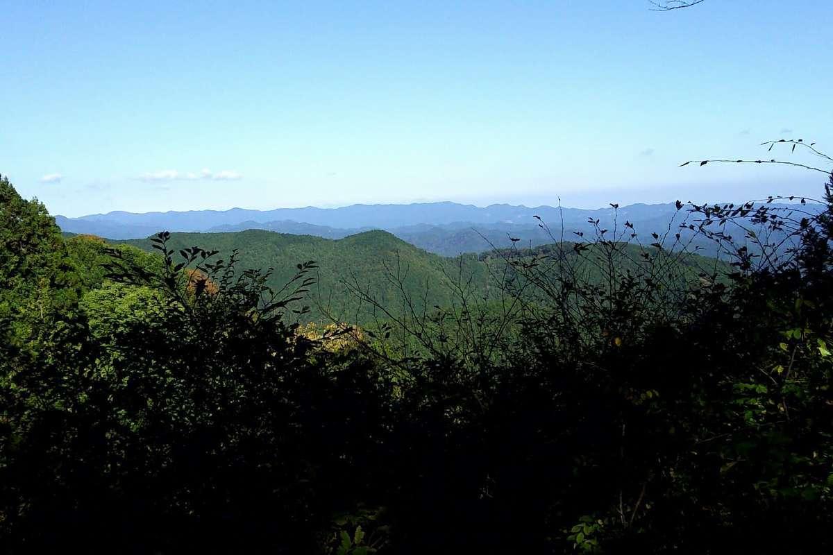 視界が開けてくると岩茸石山の山頂までもう少し!