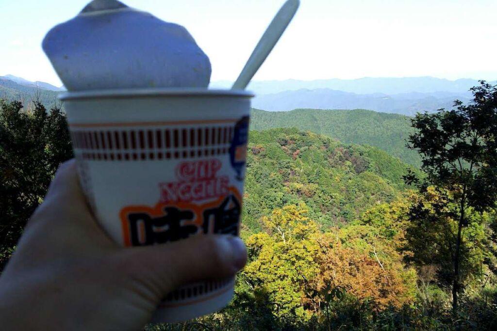 岩茸石山山頂で絶景を眺めながらのカップヌードルのランチ