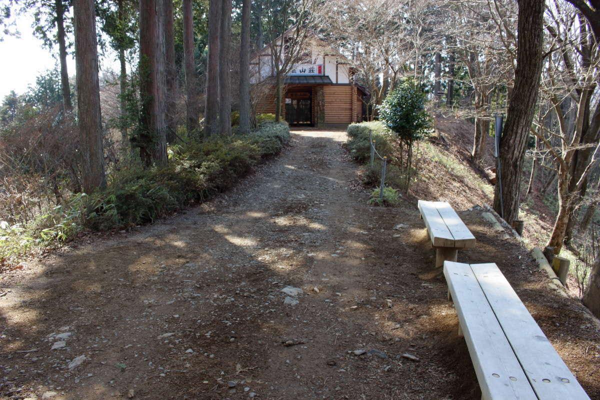日の出山山頂の下には「東雲山荘」があります(4月下旬~12月中旬営業)