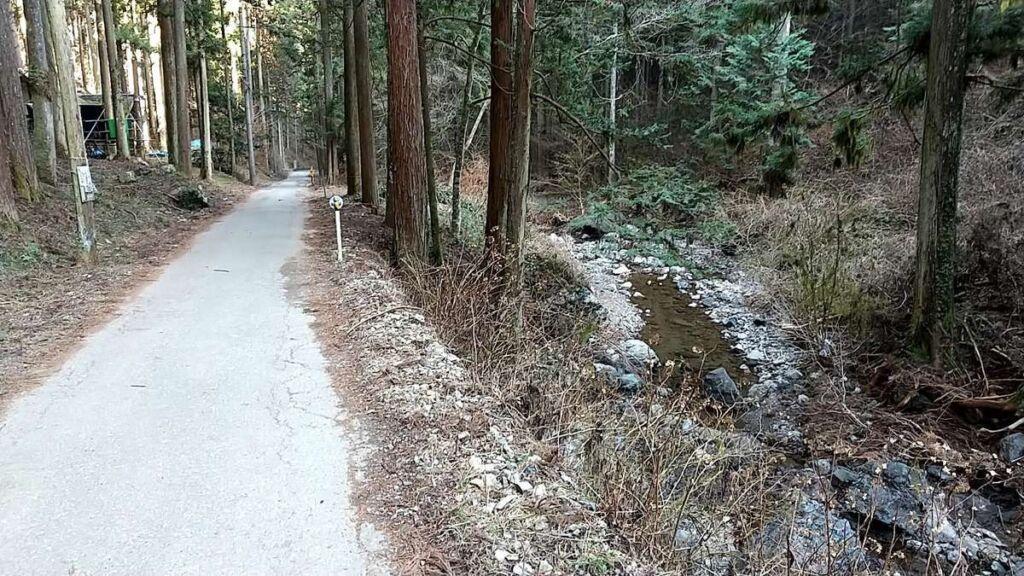 つるつる温泉までは沢沿いに続く車道を歩きます