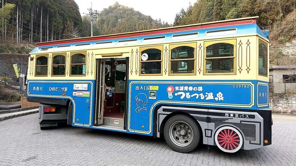 トレーラーバス「青春号」は客室部分が牽引されていきます
