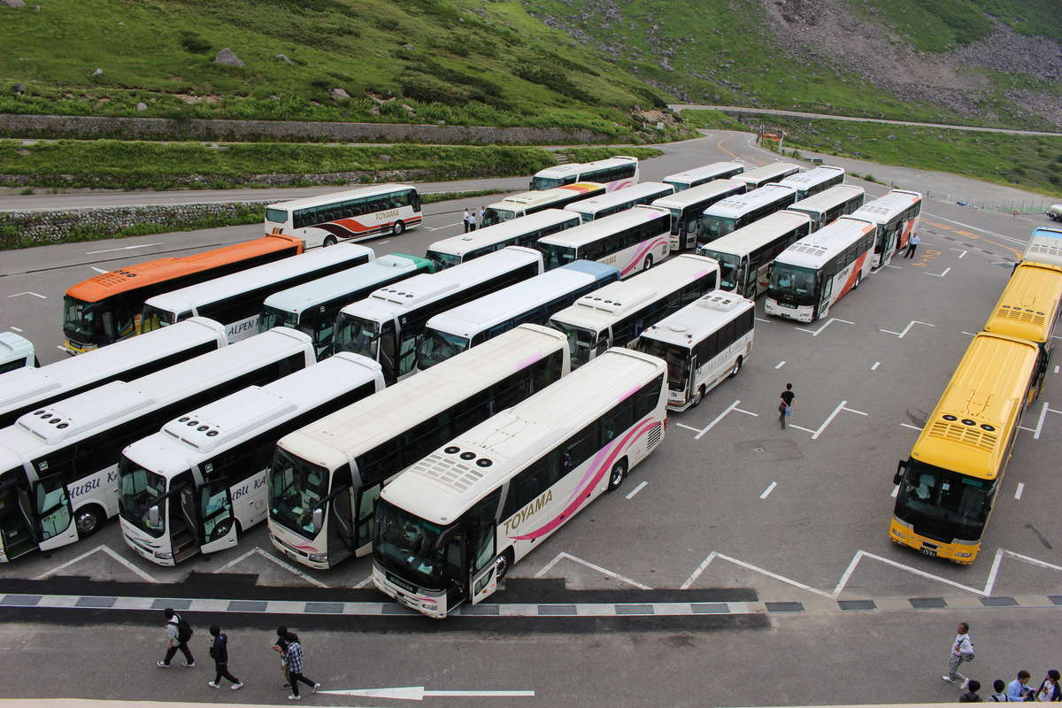 観光バスで埋め尽くされる室堂ターミナル