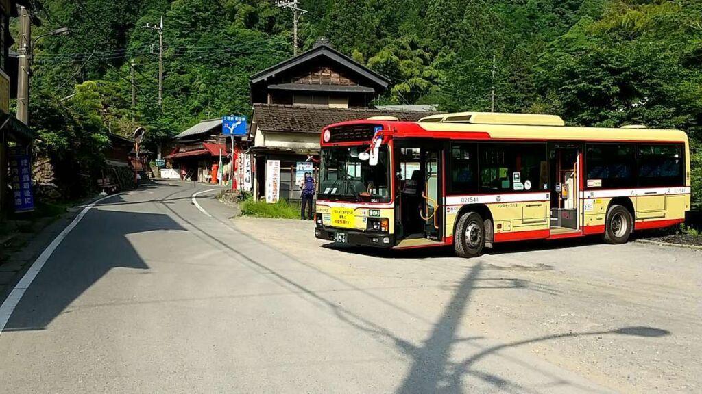 陣馬高原下バス停、トイレもあります
