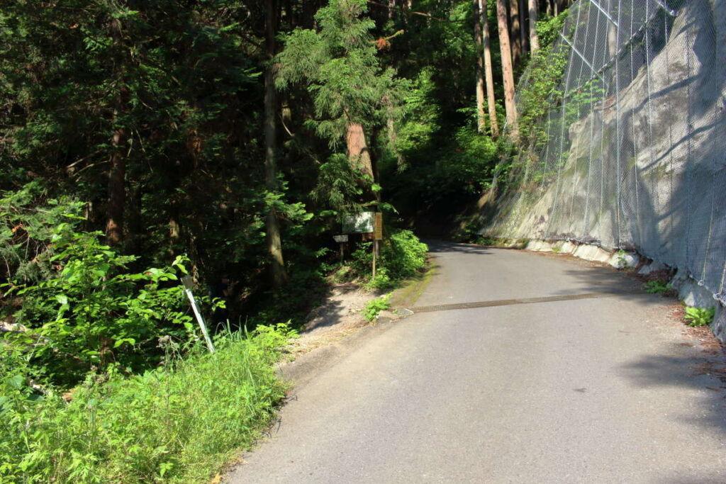 陣馬高原下バス停から登山口まではしばらく車道を歩きます