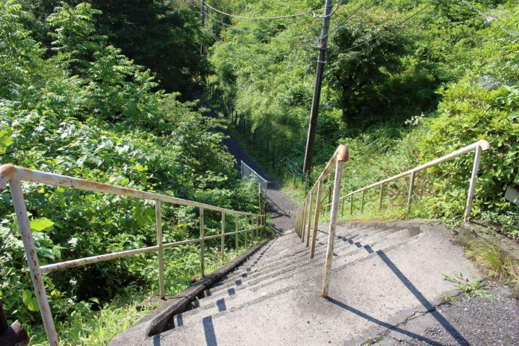 正丸駅横の急な階段を下ってスタート!