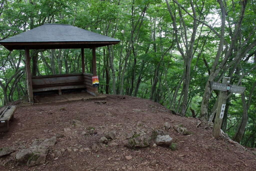 「古御岳」の小さな広場には東屋とベンチがあります