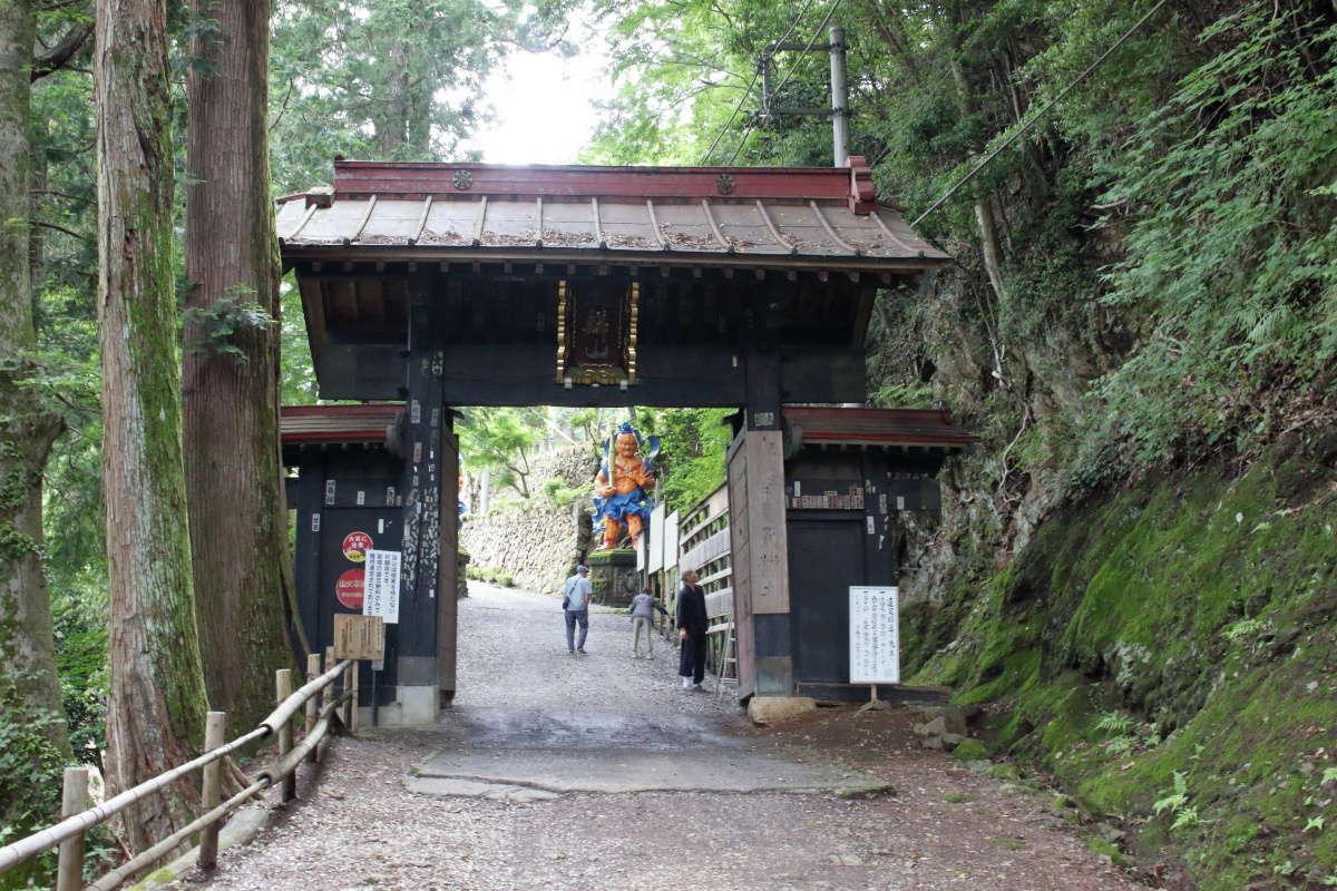 山門をくぐって参道へ