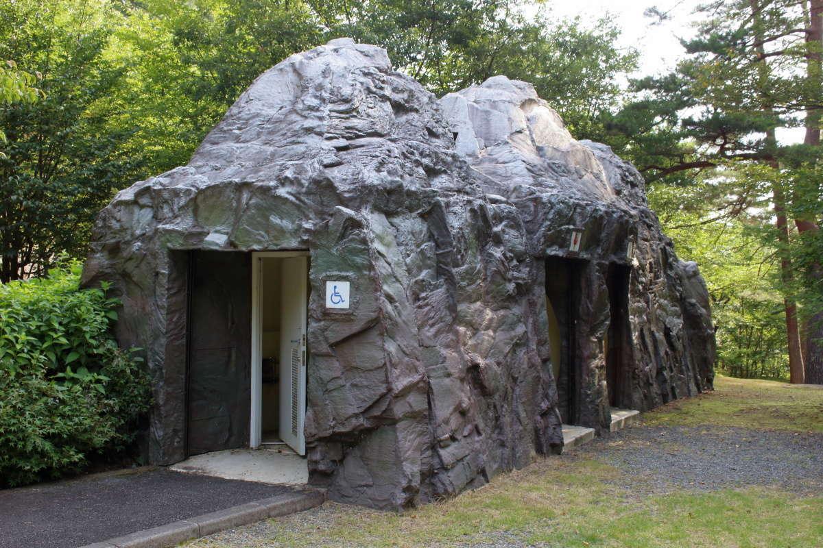 三つ峠さくら公園にある山の形を模した公衆トイレ