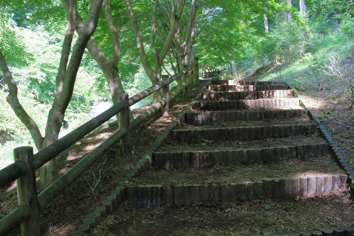 「神鈴の滝遊歩道」は整備された歩きやすい遊歩道