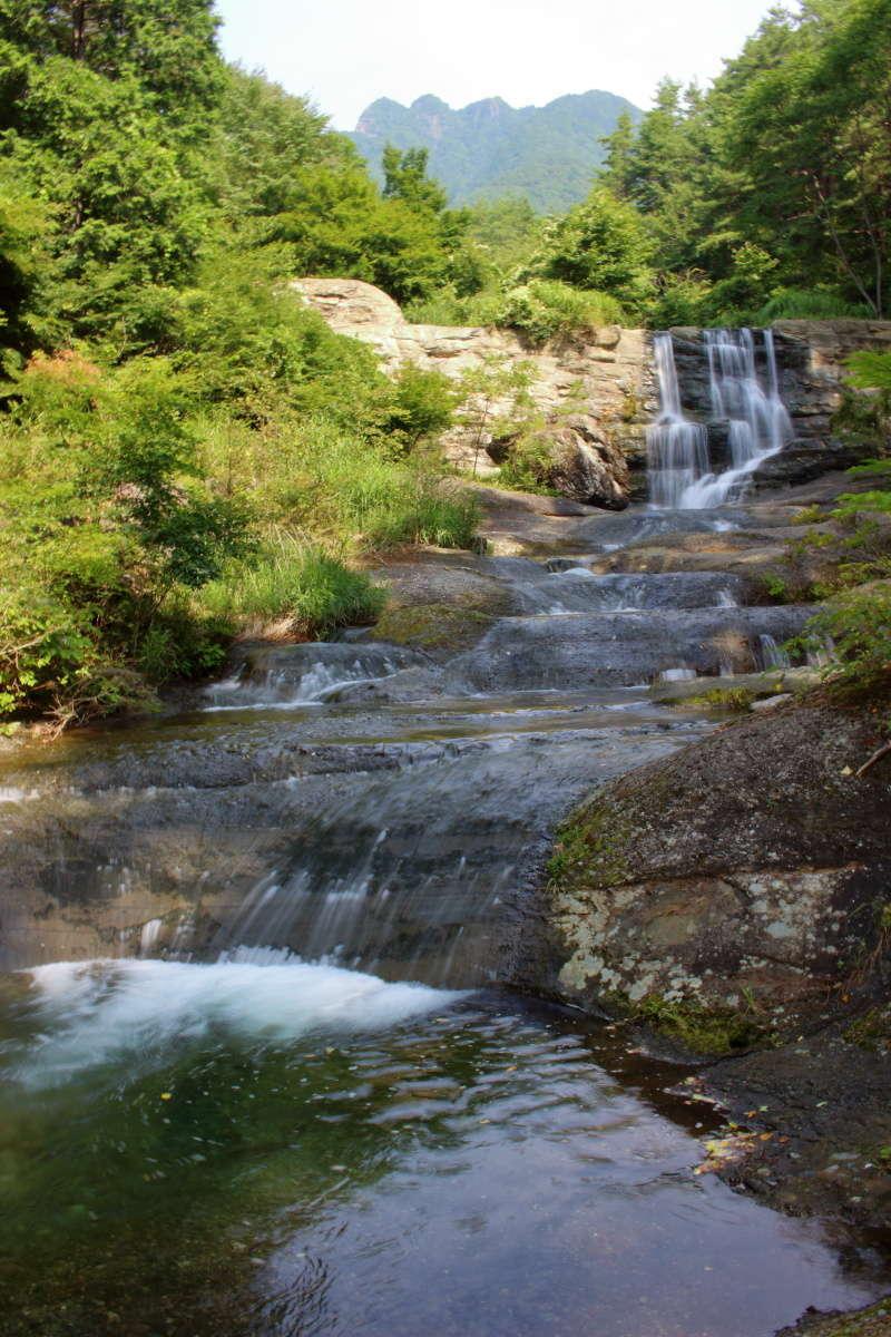 「神鈴の滝」の観望スポット、沢の近くまで下りられます