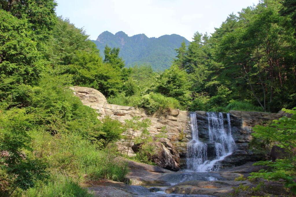 「神鈴の滝」の向こうにはこれから登る三ツ峠山の山頂も!
