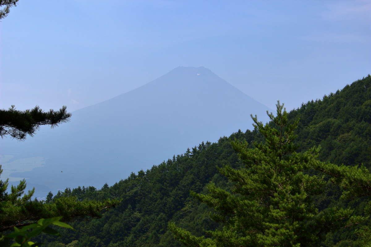 「股のぞき」からの富士山、霞がかかりうっすらとしか見えません
