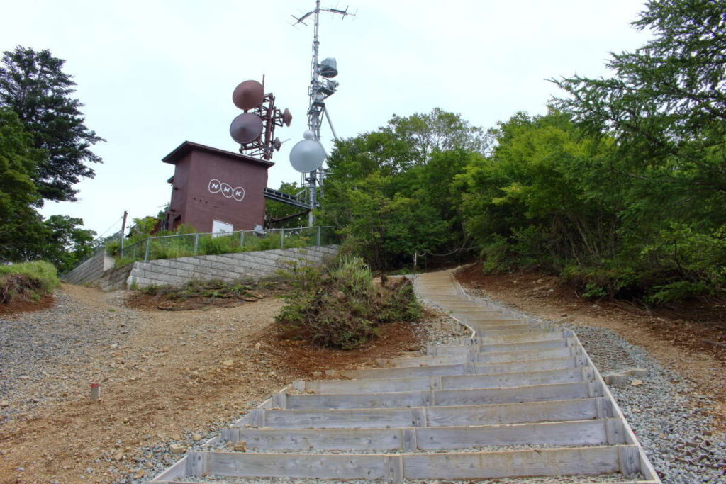 山頂下の整備された階段を登って三ツ峠山(開運山)の山頂へ