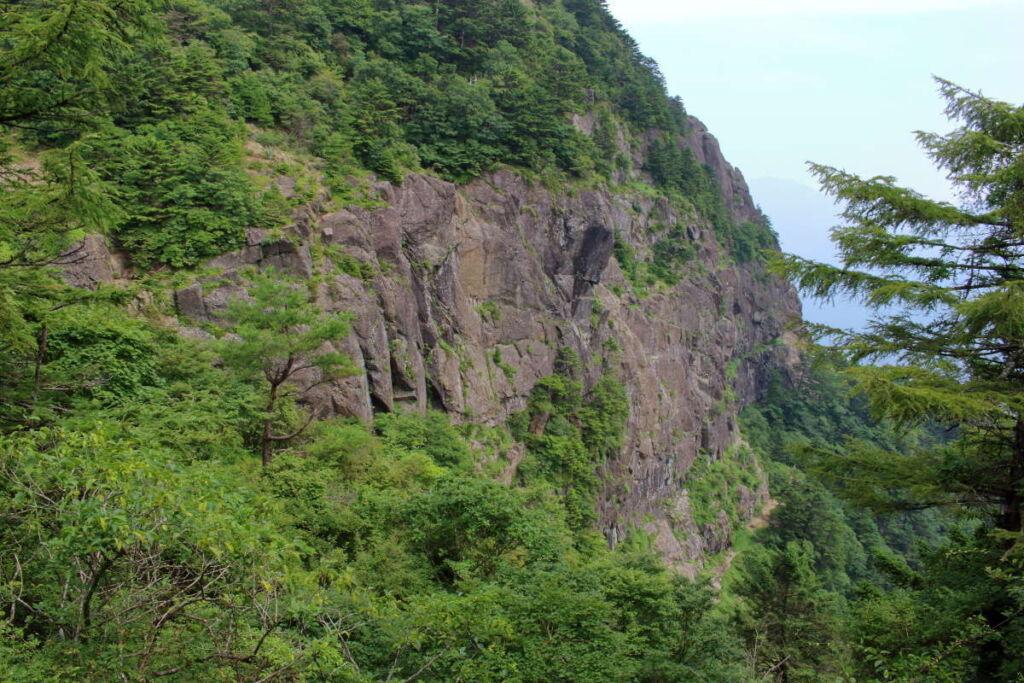 四季楽園の休憩所から屏風岩を一望