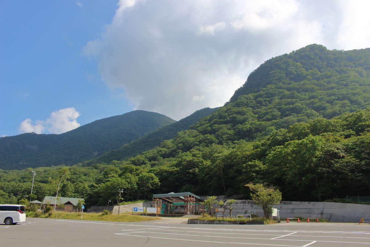 「あかぎ広場前バス停」前の駐車場からは黒檜山と駒ヶ岳が見えました