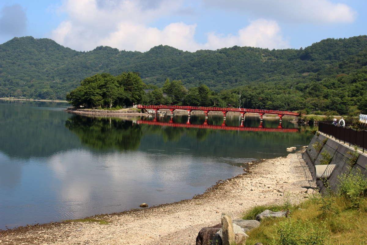 大沼にかかる赤い橋が鮮やかな「赤城神社啄木鳥橋」