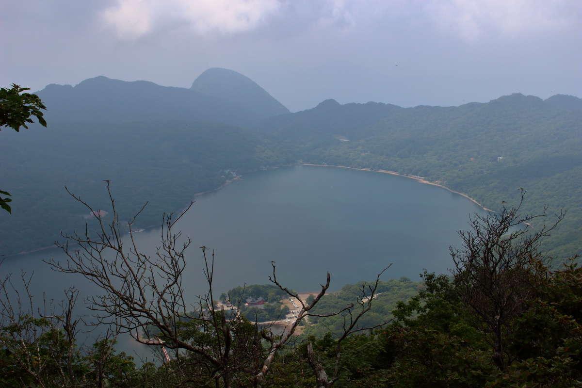 駒ヶ岳山頂から大沼は何とか見えました
