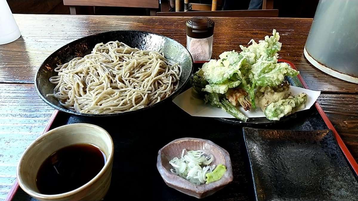 北海道音威子府産の蕎麦粉を使った十割蕎麦が美味しい「山菜天ざる」