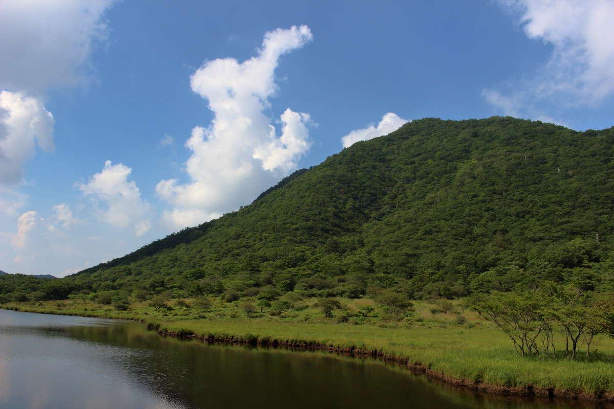 覚満淵の向こうには先ほど登ってきた駒ヶ岳が!