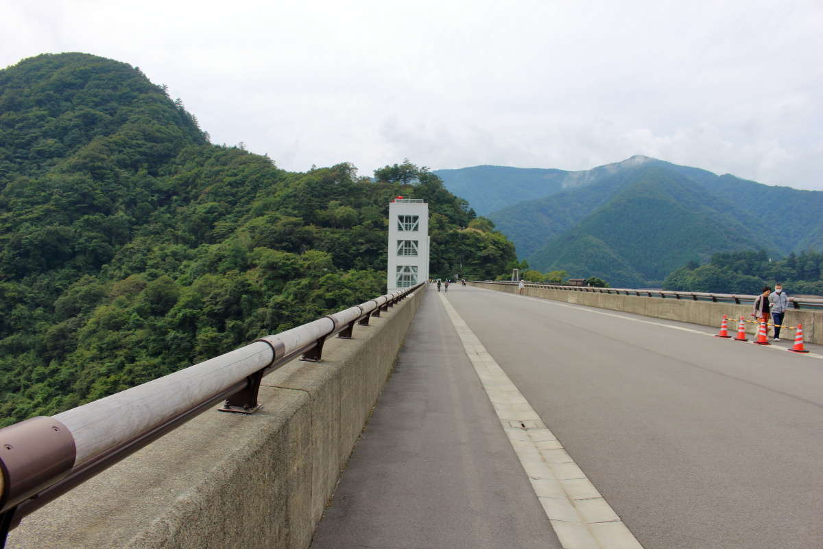 小河内ダムの堤体の上を歩いて登山口へ