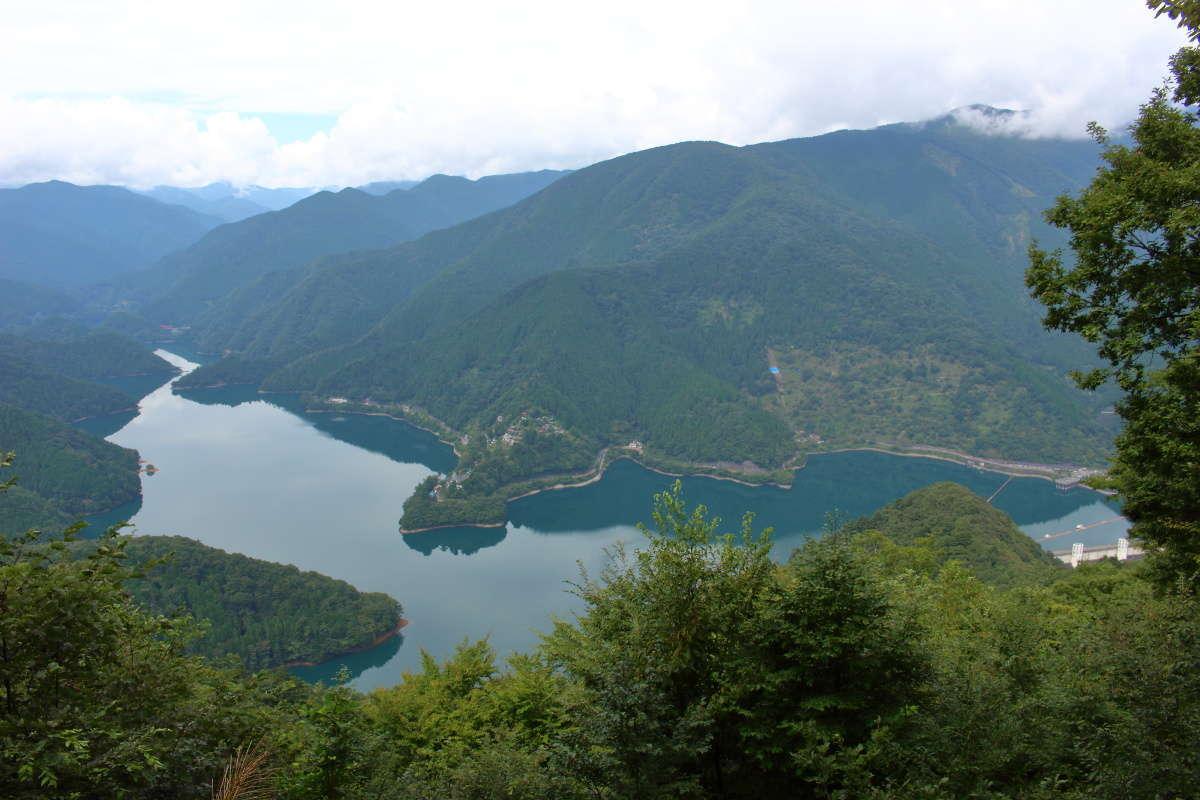 サス沢山の展望台から奥多摩湖と周囲の山々を一望!
