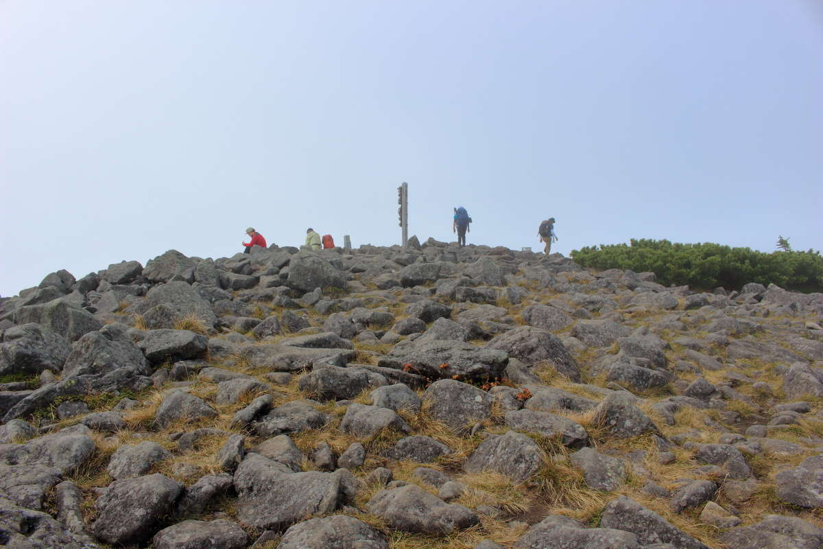 編笠山山頂はごろごろした岩で覆われた広場