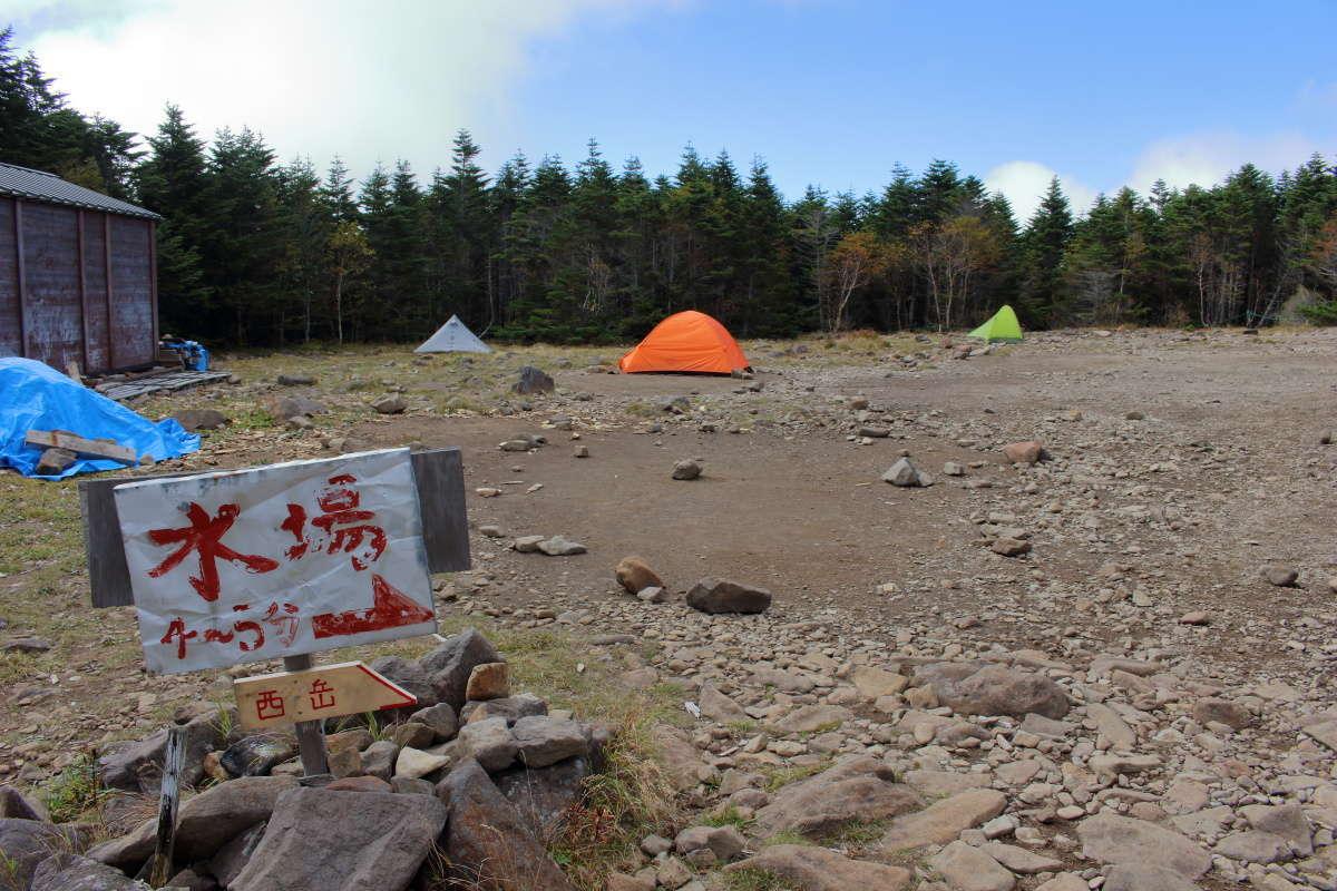 青年小屋横のテント場はフラットで広々