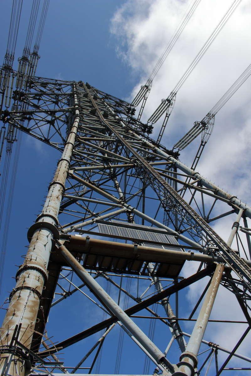 四合目の近くにある鉄塔を見上げると大迫力!