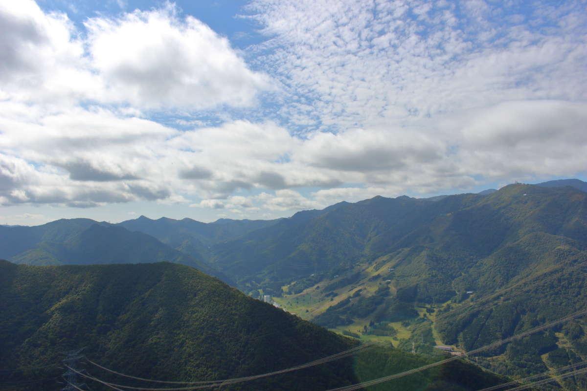 後ろを振り返ると苗場スキー場が見えます