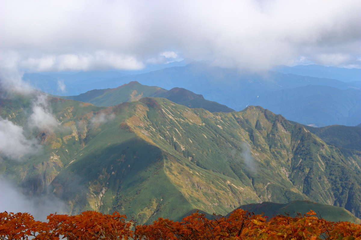 仙ノ倉山山頂から東の方向には谷川岳に続く稜線がくっきり!