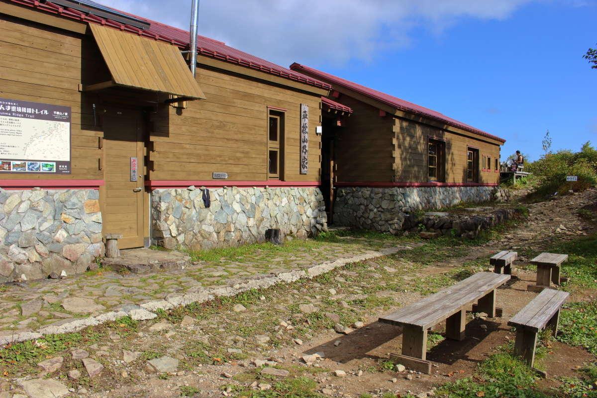 山小屋「平標山の家」に到着、トイレと休憩です